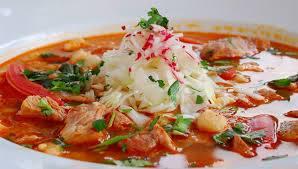 Pozole, plato tradicional de México elaborada con maíz, carne y verduras